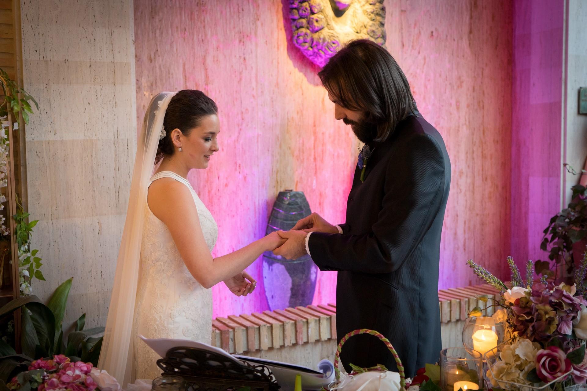 El novio poniendo el anillo a la novia como parte de la ceremonia de la boda. Torres & García estaba allí para grabar el vídeo y hacer las fotos de la boda.